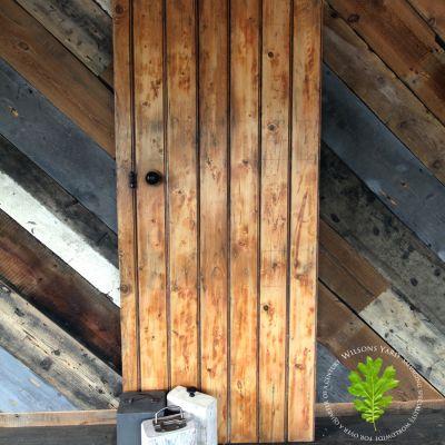 Pine sheeted door red & blue industrial look